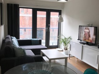 Quiet Sunny Central Apartment near to Station