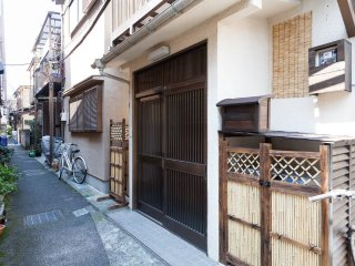 Quiet local Japanese hood,yet located in great central location.2min/hiroo statn. Shibuya superclose