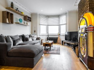 Cool 2 bed / 2 bath in Shepherd's Bush with patio