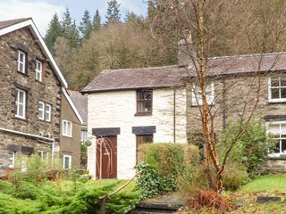 SQUIRREL COTTAGE, character, en-suite, woodburner, pet-friendly, WiFi, in Betws-