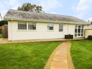 THE BUNGALOW, WIFI, decking with BBQ, beach walking distance, Ref 968709