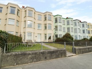 Apartment 1, 10 Marian y Mor, next to Pwllheli Beach, bay window seat, en-suite