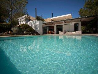 Casa de campo con piscina y vistas al mar. Espacio unico, amplio y confortable.