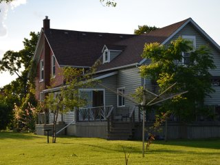 Trillium House - Beautiful Historical Farmhouse near Sandbanks Provincial Park