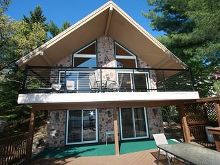 Lake Delton Chalet - Enchanting Home Directly on Lake Delton in Wisconsin Dells