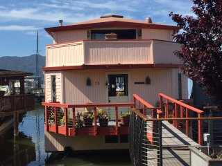 SAUSALITO HOUSEBOAT REMODELED WITH FANTASTIC VIEWS