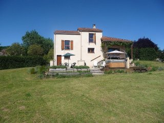 Chez Aled - Lovely home with pool & jacuzzi in picturesque village