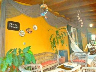 Pátio exterior com zona de refeições e lazer.