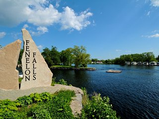 Kawartha Lakes, Fenelon Falls, 5 BR Lake Access, Hottub,15 Sleeps, Year Round