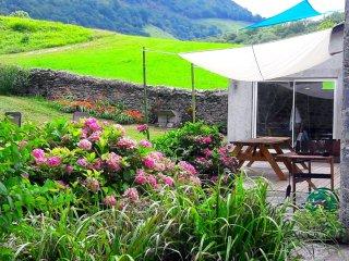 Splendide corps de ferme contemporain a la montagne, riviere, WIFI et insert.