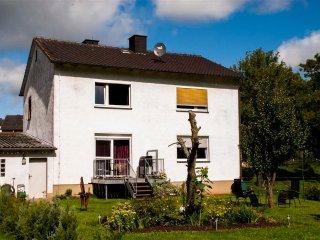 Rustig ruim vakantiehuis met eigen terras en ruime tuin dichtbij de Edersee