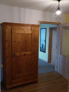 Vom Flur erreicht man Treppenhaus, Wohnraum, Bad und Küche.
