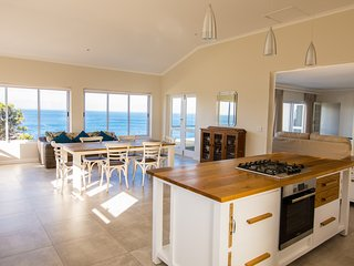 Crichton House - 2 Bed Cottage Apartment with Beautiful Sea View