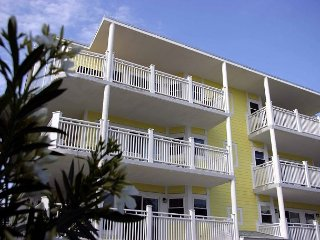 Luxury Living Savannah: Winter Bargains!! Steps to Beach and Pier