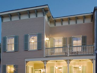 Luxury Living Savannah: Bargains!! Steps to River Street