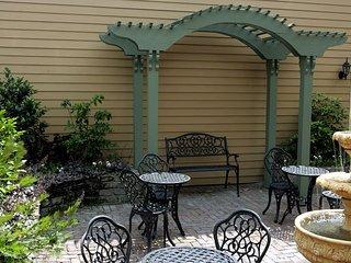 Luxury Living Savannah: Winter Bargains!! Steps to River Street