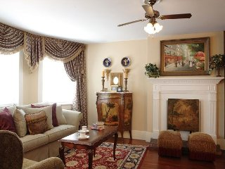 Luxury Living Savannah: Last Min Deals!! Huge 3 BR - Walk to Everything!