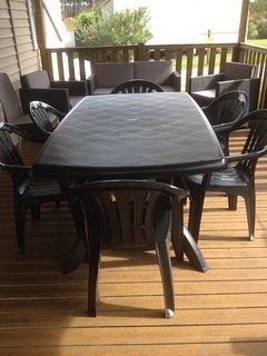 table et chaises sur la terrasse