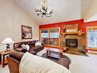 Upgraded 3BR w/ Deck & Fireplace—Pool & Hot Tub, Walk to Slopes & Town
