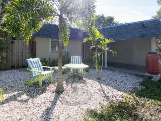 2BR w/ Screened Lanai & BBQ - Near Rosemary, Quick Drive to Beaches