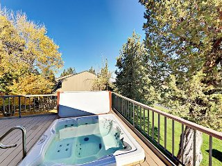 Refined 3BR Golf Course Resort Condo w/ Private Hot Tub & Views of Smith Rock