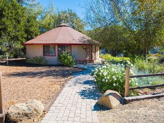 Panoramic Wine Country Vistas at Romantic 2BR Hilltop Cottage