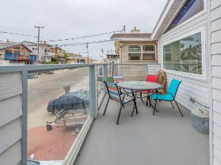 Updated 3BR Duplex - Walk to Beach