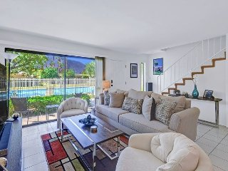2 story 2BR/2BA+Murphy Bed w Comm Pool/Jacuzzi In SouthEast Palm Springs