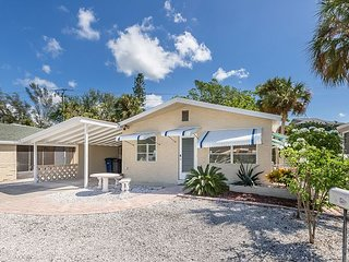 2BR Charming Cottage - Walk 5 minutes to Fort Myers Beach