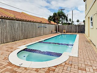 2BR Condo w/ Pool – Great Central Location, Walk 2 Minutes to Beach
