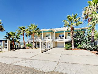 Updated 3BR w/ 2 Balconies - 2 Blocks to Beach, Near Restaurants & Nightlife