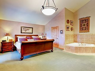 Large split-level 5BR w/ Private Hot Tub & Hillside Views - Walk to Skiing