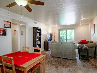 2BR/2BA - Beach Cruise to Shops, Dining & Baseball in Old Town