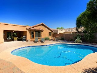 Gated Community 3BR w/ Covered Patio, BBQ, Pool & Hot tub - Near Downtown