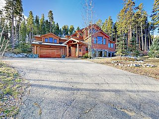 Huge Ski-In 4BR Log Home at Peak 8 - Private Hot Tub & BBQ, Near Main Street