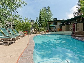2BR, Steps to Ski Slopes - Access to Shared Pool & Hot Tub