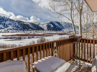 2BR Riverside Treehouse w/ Loft, Pool & Hot Tub – Near Skiing & Fly