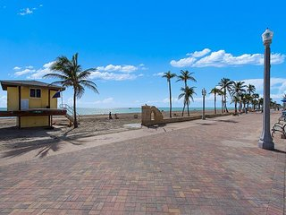 1BR Classic Hollywood Beach Condo w/ Ocean Views - Steps to Beach!