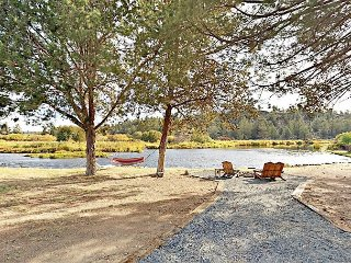 Riverfront 3BR w/ Fire Pit - Steps from Downtown Tumalo