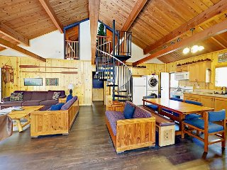 2BR Mountain-Inspired Cabin w/ Hot Tub & Pool Table – Near National Forest