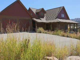4BR w/ Balconies, Mountain Views, Private Hot Tub & BBQ - Near Slopes