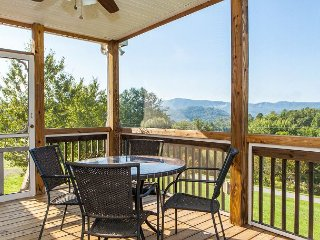 Spacious 3BR w/ Pastoral Views & Screened Porch - Near Golf Course