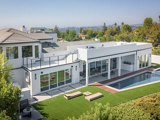 Modern Luxury Home in The Sky: Double Valley Views in Quiet Privacy