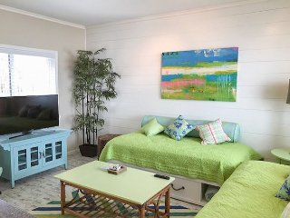 Fun 1BR Condo w/ Colorful Retro-Chic Style - Blocks to Beach