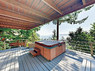 5BR w/ Private Beach, 2 Decks, BBQ, Hot Tub, Outdoor Kitchen & Fire Pit