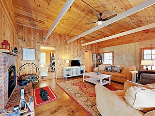 Waterfront 1BR Cottage w/ Fireplace & Deck? Minutes to Downtown