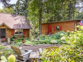 Cozy 1BR Sprucewold Log Cabin w/ Screened Porch, Beach Access