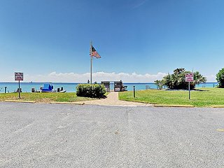 4BR Condo w/ Pool & Deck, 2 Blocks to Beach