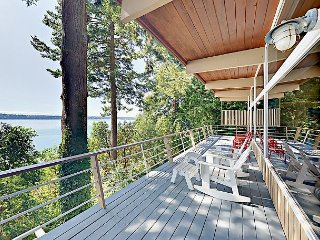 5BR w/ Private Beach, 2 Decks, BBQ, Outdoor Kitchen & Fire Pit