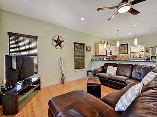 Modern 3BR in East Austin w/ Attractive Front Deck Dining Area
